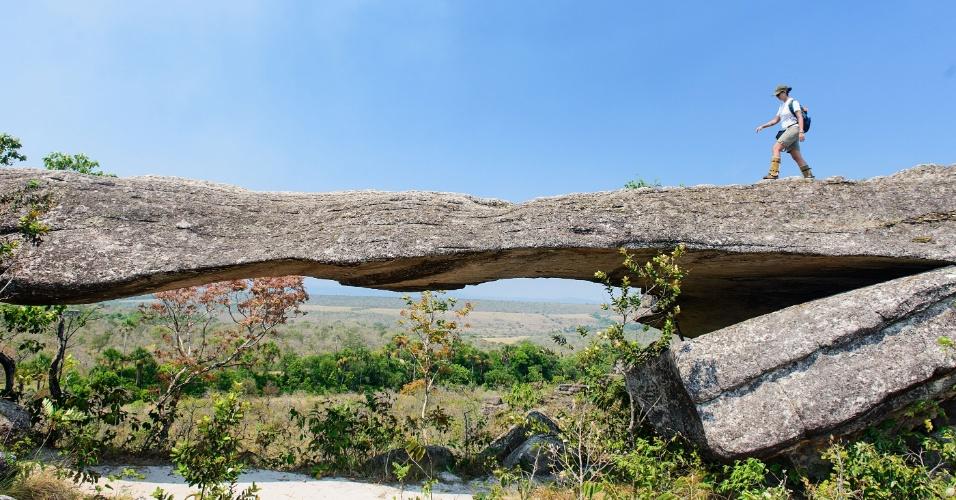 Ponte de pedra é uma das formações rochosas na Chapada dos Guimarães. Rochas se equilibram umas sobre as outras e criam construções e monumentos naturais