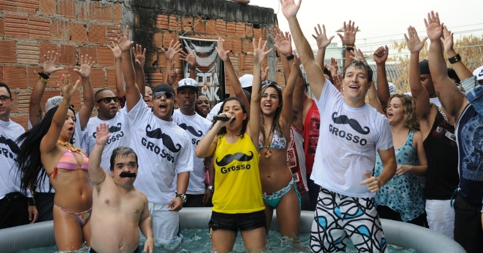 Rodrigo Faro foi até o Complexo do Alemão, no Rio de Janeiro, para conhecer a MC Marcelly