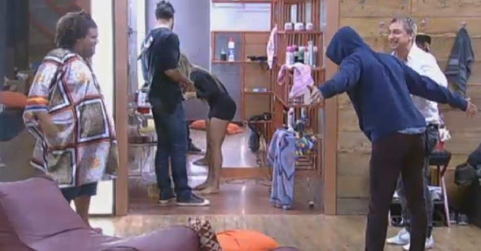 27.set.2013 - Aryane passou mal e Gominho disse que a ex-peoa está grávida