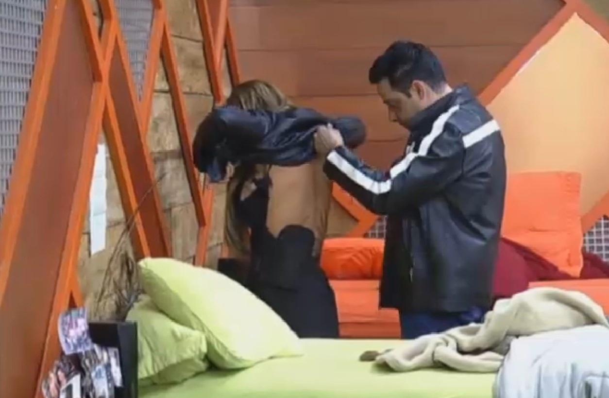 27.set.2013 - Márcio abotoa sutiã de Denise e provoca gargalhadas da peoa