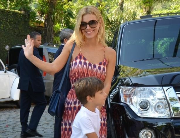 28.set.2013 - A atriz Carolina Dieckmann leva o filho José à festa de aniversário de Eva, filha de Angélica e Luciano Huck na casa dos apresentadores no Rio