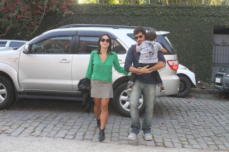 28.set.2013 - A atriz Juliana Knust e seu marido, o estilista Gustavo Machado, levam o filho Matheus à festa de aniversário de Eva, filha de Angélica e Luciano Huck na casa dos apresentadores no Rio