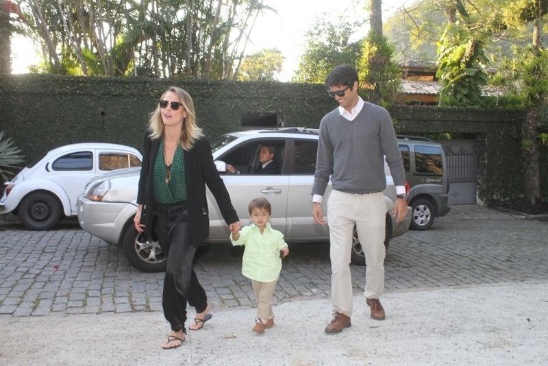 28.set.2013 - A atriz Juliana Silveira e o marido, o empresário João Vergara, levam o filho Bento à festa de aniversário de Eva, filha de Angélica e Luciano Huck na casa dos apresentadores no Rio