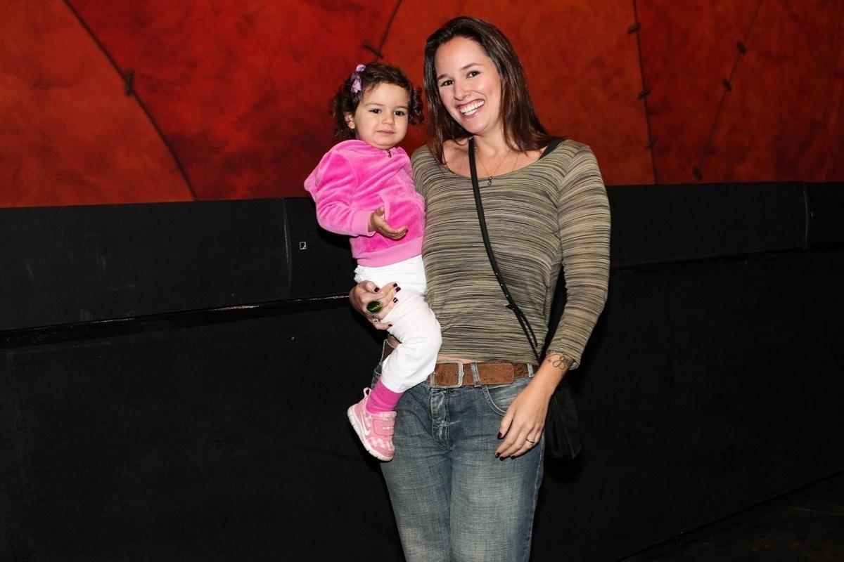 28.set.2013 - A cantora Mariana Belém leva a filha Laura para assistir ao musical