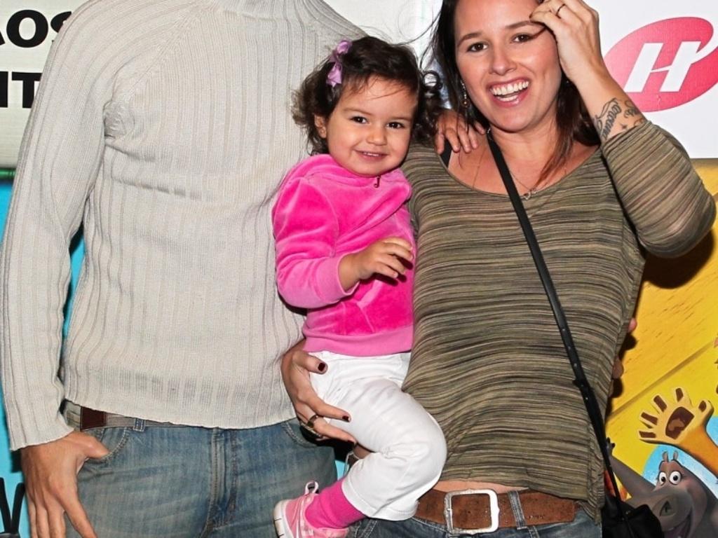 28.set.2013 - Ao lado do marido, Christiano Saab, a cantora Mariana Belém leva a filha Laura para assistir ao musical