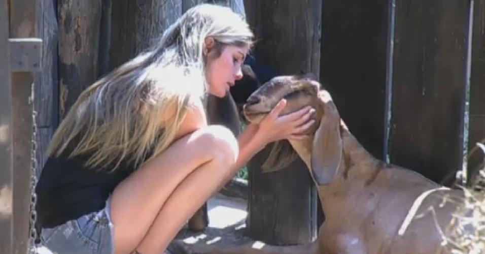 28.set.2013 - Bárbara Evans se despedindo das cabras