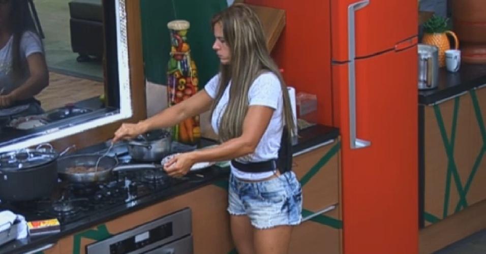 28.set.2013 - Denise frita bife na cozinha