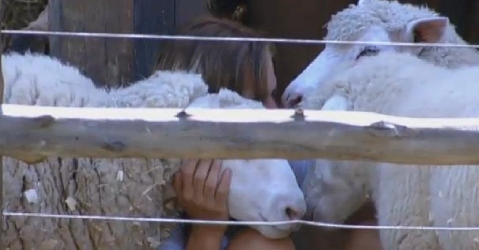 28.set.2013 - Denise Rocha se despedindo das ovelhas