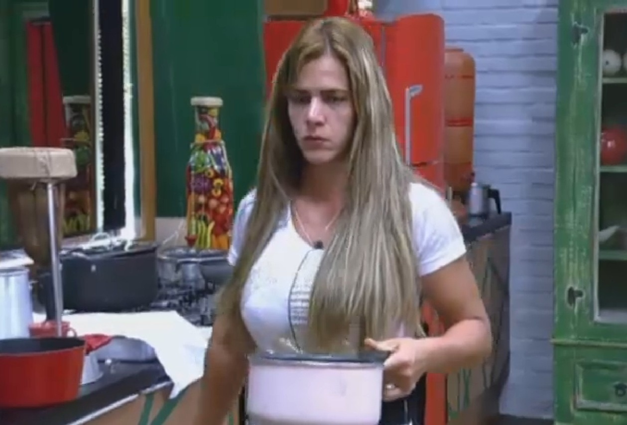 28.set.2013 - Denise se vira na cozinha e faz a própria comida