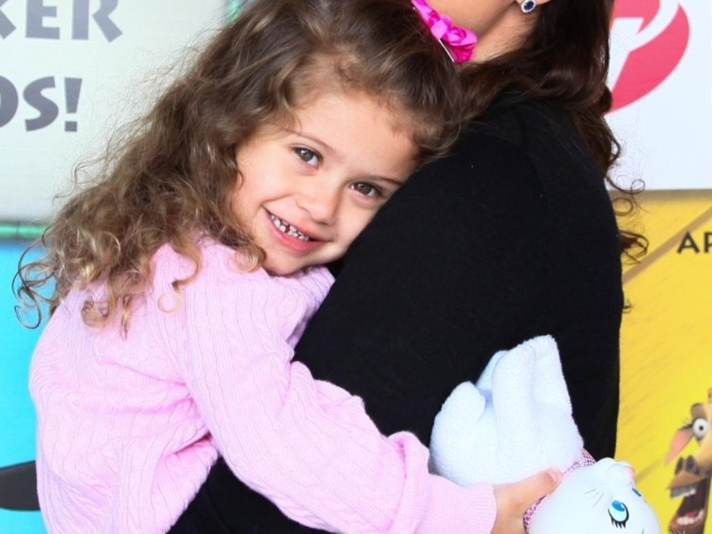 28.set.2013 - Mariana Kupfer leva a filha Victória para assistir ao musical