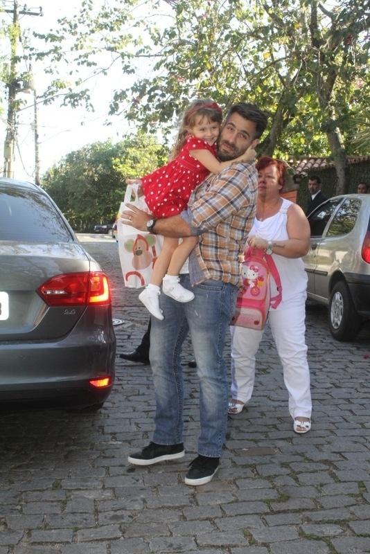 28.set.2013 - O ator Raoni Carneiro leva a filha Luiza à festa de aniversário de Eva, filha de Angélica e Luciano Huck no Rio
