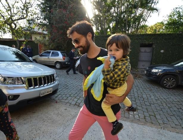 28.set.2013 - O ator Ricardo Pereira leva o filho Vicente à festa de aniversário de Eva, filha de Angélica e Luciano Huck no Rio