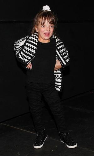 28.set.2013 - Rafaella Justus faz pose para foto nos bastidores do musical