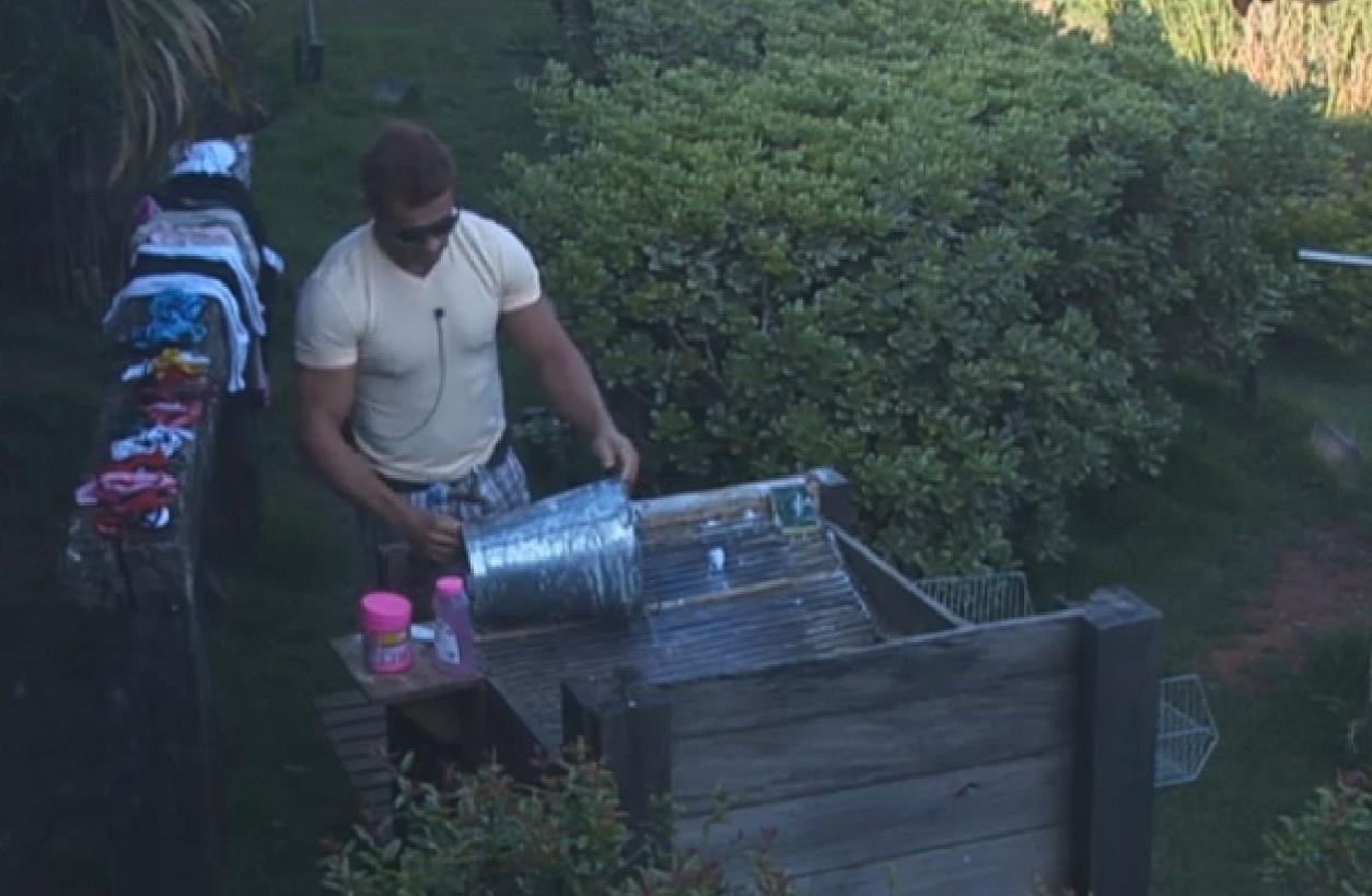 28.set.2013 - Segundo a acorda, Marcos Oliver lavou balde pela manhã
