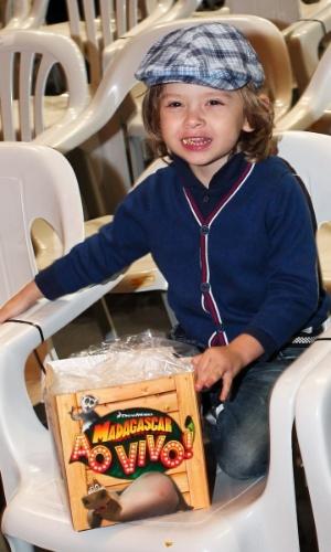 28.set.2013 - Vittorio, filho de Adriane Galisteu, come pipoca durante o musical