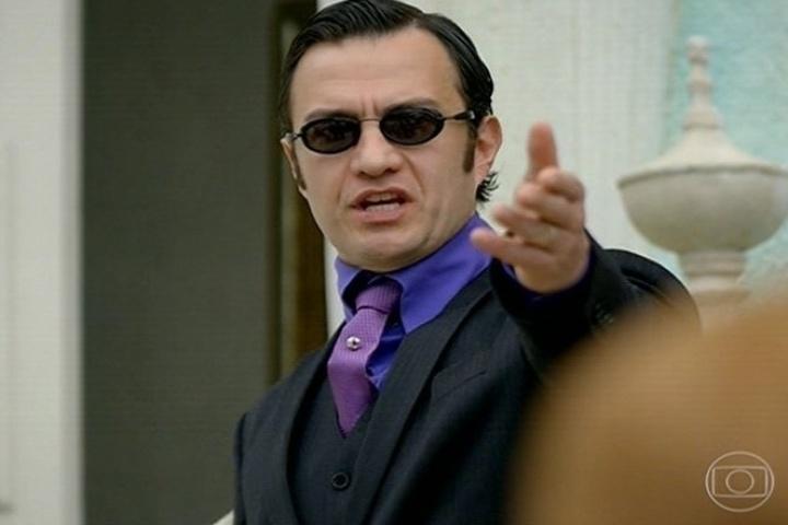 Aristóbulo (Gabriel Braga Nunes) discursa contra a corrupção para a população de Saramandaia