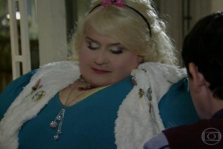 Bitela, irmã gêmea de Dona Redonda (Vera Holtz) prepara receitas saudáveis para Encolheu (Matheus Nachtergaele)