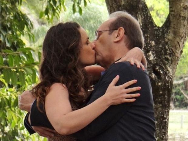 """Em """"Amor à Vida"""", Gina e Herbert se beijam durante encontro no parque"""