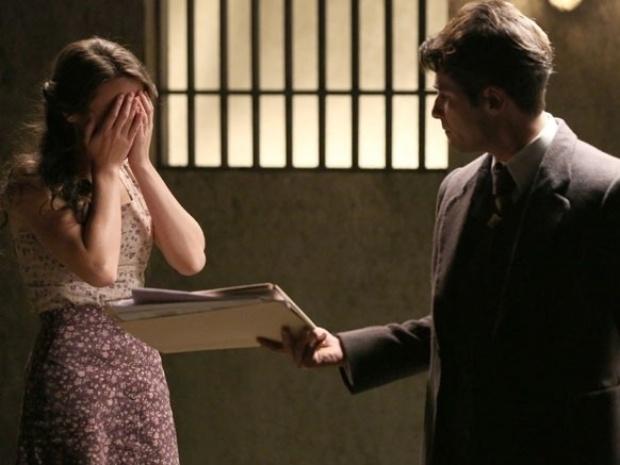 """Em """"Joia Rara"""", Franz revela para Amélia que não conseguirá tirá-la da prisão"""
