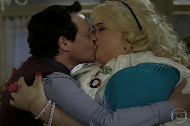 Encolheu (Matheus Nachtergaele) e Bitela (Vera Holtz) se declaram e se beijam