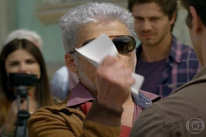 Enfurecido, Zico Rosado (José Mayer) amassa a ordem de prisão