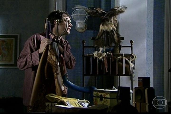 João Gibão (Sérgio Guizé) recebe a visita de seu gavião amigo enquanto se prepara para seu casamento