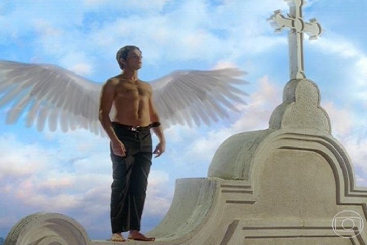 João Gibão (Sérgio Guizé) revela suas asas no topo da igreja