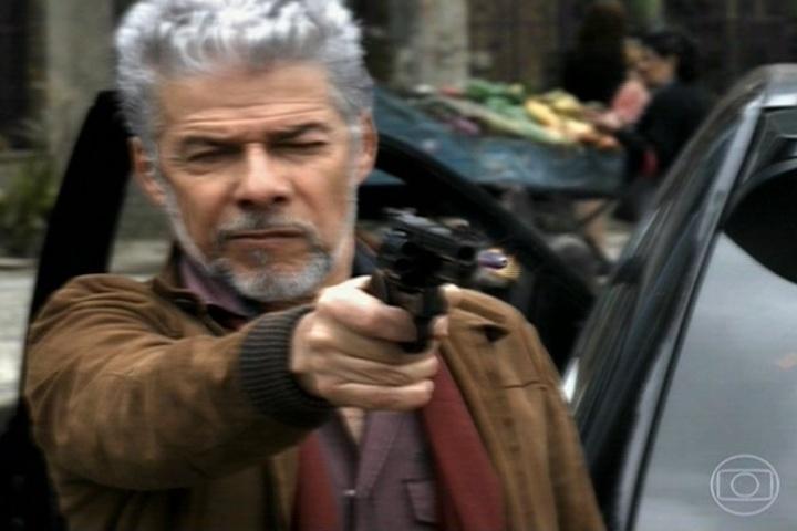 João Gibão (Sérgio Guizé) voa em círculos em torno de Saramandaia, fazendo com que a cidade volte no tempo
