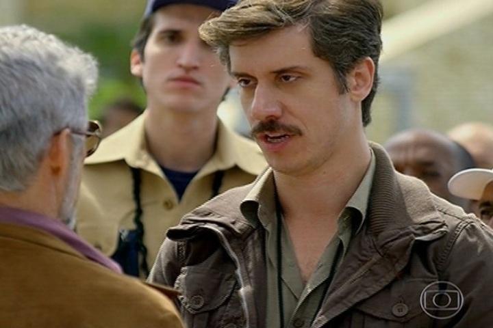 O Delegado Petrolínio (Theodoro Cochrane) chega com a ordem de prisão do prefeito