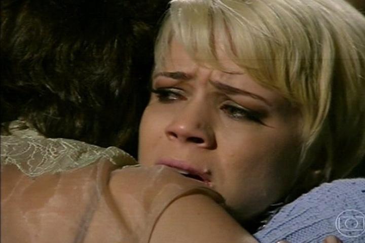 Vitória (Lilia Cabral) se despede de Zélia (Leandra Leal) enquanto a casa começa a ruir