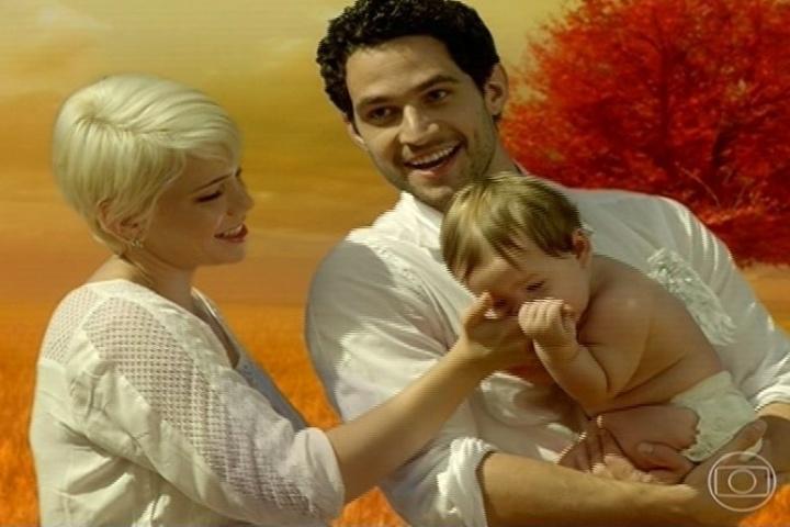 Zélia (Leandra Leal) e Lua (Fernando Belo) terminam o folhetim felizes junto da filha