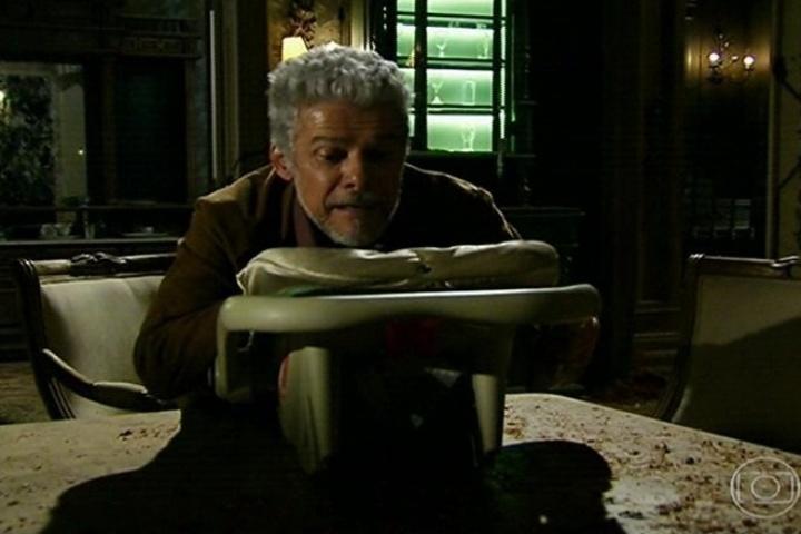 Zico Rosado (José Mayer) foge da cena do crime e decide sequestrar sua neta, a filha de Zélia (Leandra Leal)