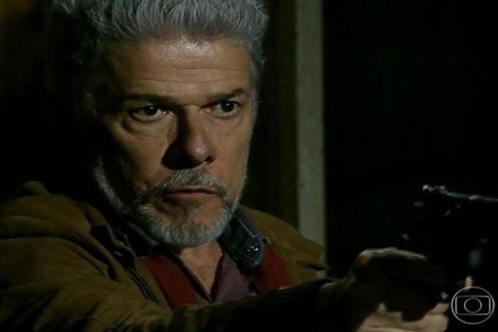 Zico Rosado (José Mayer) se recusa a abrir mão da criança, que está com ele em sua casa que começa a desabar, pois está sobre um gigantesco formigueiro