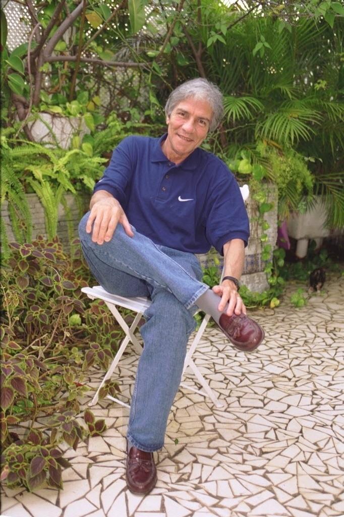 16.mar.2000 - O ator e vereador Claudio Cavalcanti, posa para foto