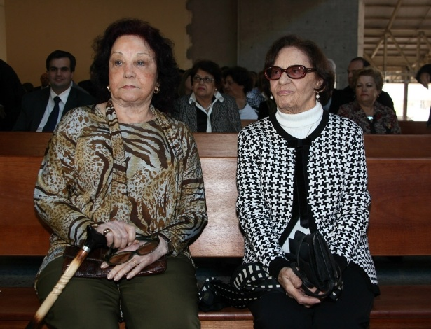 29.set.2013 - As atrizes Lolita Rodrigues e Laura Cardoso aguardam o início da missa celebrada por Padre Marcelo que marca um ano da morte da apresentadora, no Santuário Mãe de Deus, em São Paulo