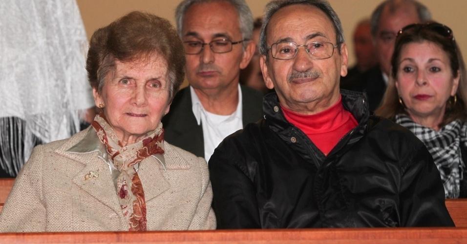 29.set.2013 - Fãs de Hebe Camargo aguardam o início da missa celebrada por Padre Marcelo que marca um ano da morte da apresentadora, no Santuário Mãe de Deus, em São Paulo