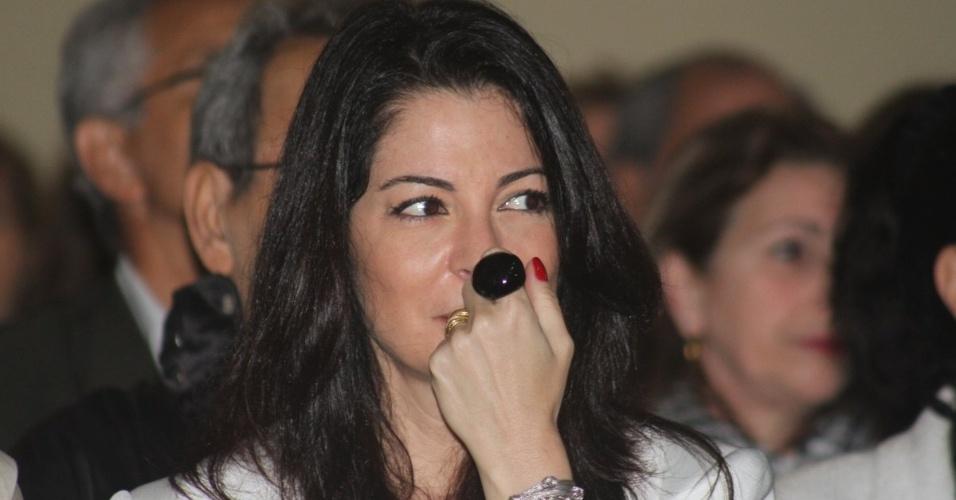 29.set.2013 - A apresentadora Ana Paula Padrão assiste à missa celebrada pelo padre Marcelo Rossi que marca um ano da morte de Hebe Camargo, no Santuário Mãe de Deus, em São Paulo