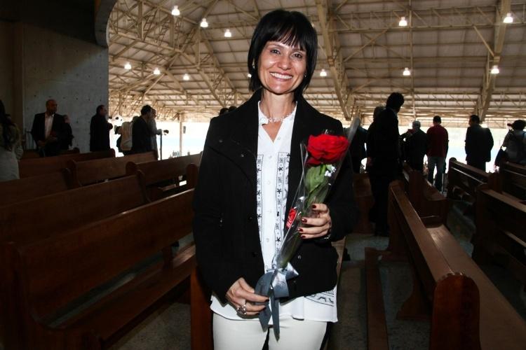 29.set.2013 - A apresentadora Faa Morena posa com flor que ganhou do Padre Marcelo Rossi
