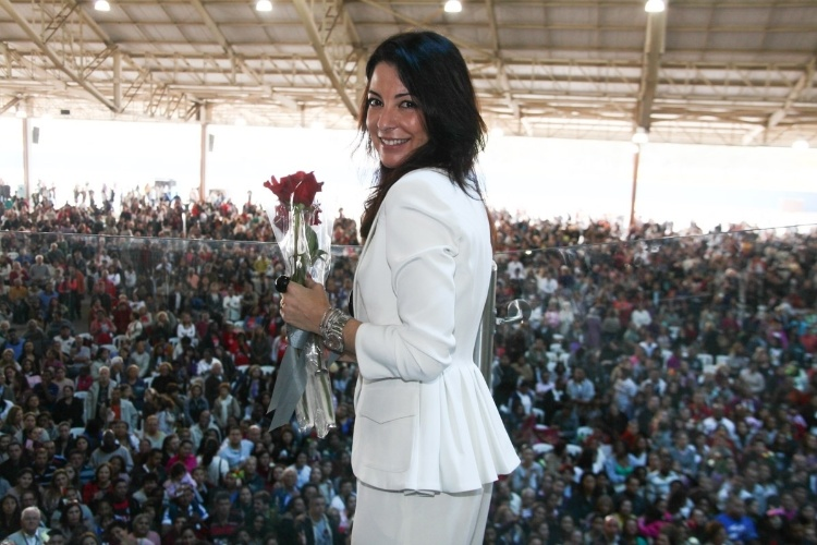 29.set.2013 - Ana Paula Padrão faz charme para foto após missa que marcou um ano da morte de Hebe Camargo, no Sautário Mãe de Deus, em São Paulo