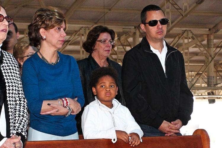 29.set.2013 - Astrid Fontenelle assiste à missa acompanhada do filho, Gabriel, e do namorado, Fausto Franco