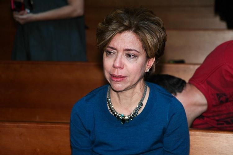 29.set.2013 - Astrid Fontenelle fica muito emocionada após o fim da cerimônia que marcou um ano da morte de Hebe Camargo