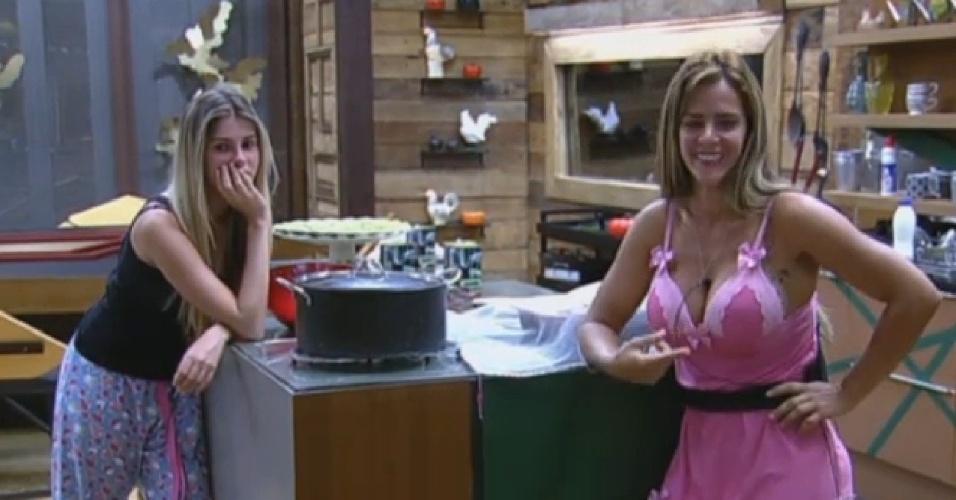 29.set.2013 - Bárbara Evans e Denise Rocha esperando a janta ficar pronta