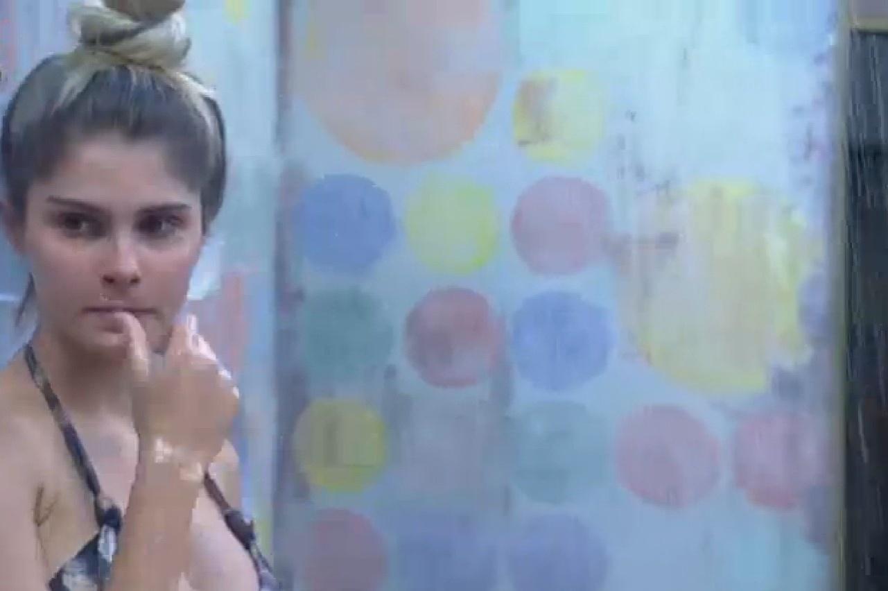 29.set.2013 - Bárbara toma seu último banho na