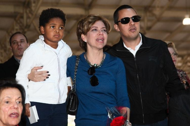 29.set.2013 - Com o filho, Gabriel, e o namorado, Fausto Franco, a apresentadora Astrid Fontenelle canta durante missa