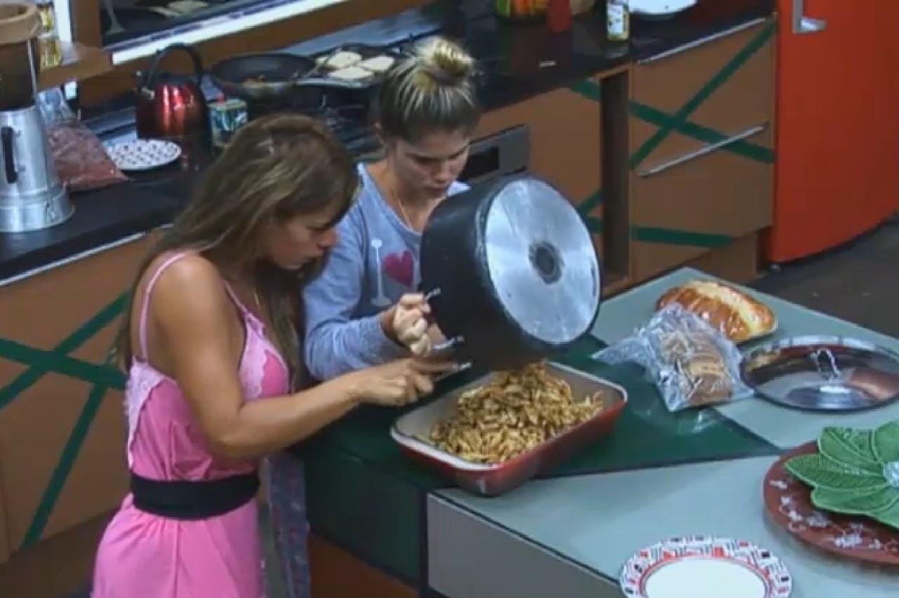 29.set.2013 - Denise Rocha e Bárbara Evans se ajudam na cozinha