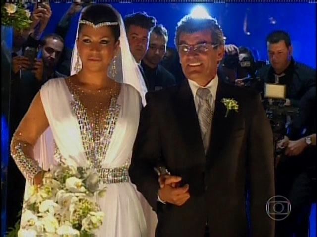 29.set.2013 - Ellen Cardoso, a Mulher Moranguinho, na cerimônia de casamento com o cantor Naldo