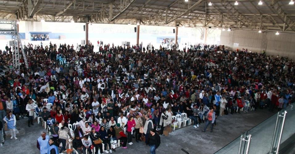 29.set.2013 - Fiéis e fãs de Hebe Camargo assistem à missa que marca um ano da morte da apresentadora, em São Paulo
