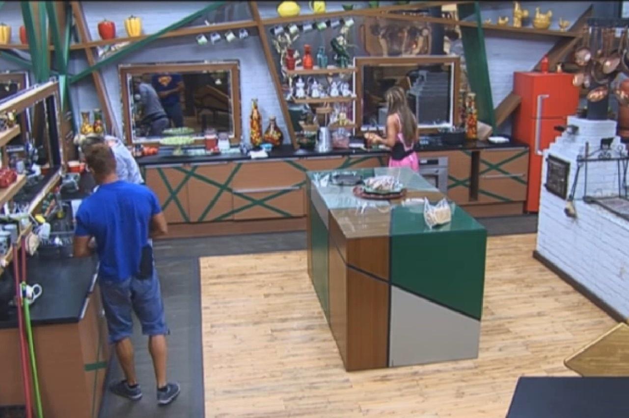 29.set.2013 - Finalistas se encontram na cozinha para primeira refeição do dia