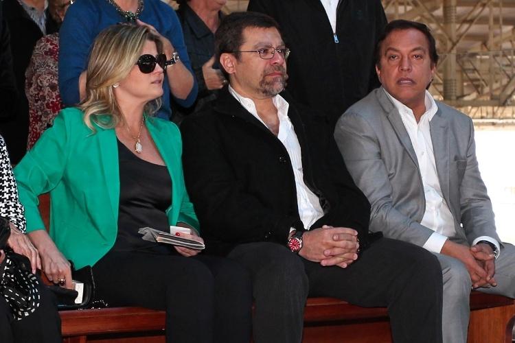 29.set.2013 - Helena Pessutti, Marcello de Camargo Capuano (filho de Hebe) e Cláudio Pessutti (sobrinho de Hebe) aguardam ao início da cerimônia que marca um ano da morte de Hebe Camargo