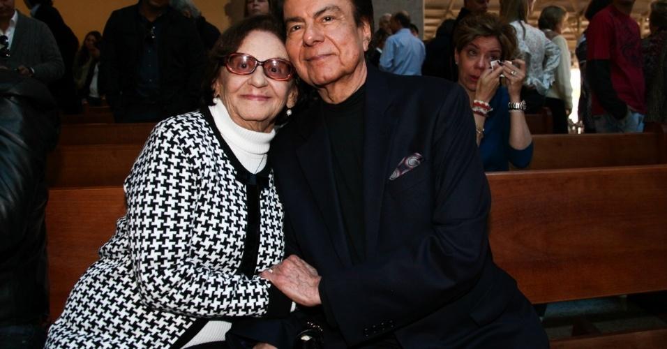 29.set..2013 - Laura Cardoso e Agnaldo Rayol posam juntos após o fim da missa que marcou um ano da morte de Hebe Camargo, em São Paulo